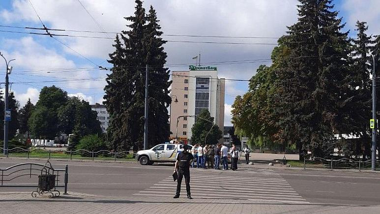 Photo of Ukraine hostages: Police negotiating with armed man holding 10 people on bus in Lutsk