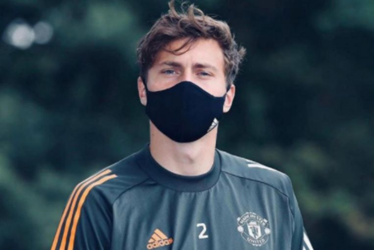 Photo of Football: Manchester United defender Victor Lindelof tackles thief in Sweden