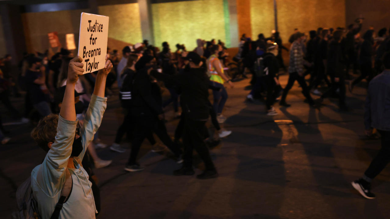 Photo of Breonna Taylor protesters defy second night of curfew in Louisville